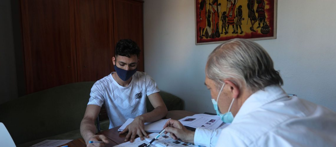 Dvd 1053 7/5/21 Sadiki, joven marroquí de veinte años  estudia la ESO por las tardes en un piso de la Fundación Pueblos Unidos tras us jornada matutina como panadero. En la imagen, junto a Esteban,un colaborador de la institución.